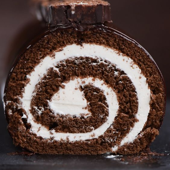 """Giant Hostess Cake Swiss Roll"" Link ricetta --> http://www.soyummyblog.com/single-post/2017/05/11/Giant-Hostess-Cake-Swiss-Roll"