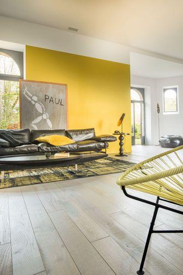 Un parquet flottant pour salon contemporain chauffé par le sol - 12 parquets flottants qu'on aime - CôtéMaison.fr