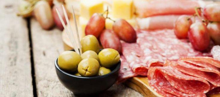 Gezellige hapjes en plankjes; Tips en trucs  Een plankje met kaas en worst staat regelmatig op onze tafels. We geven je tips voor gezellige hapjes. Verzamel ze op een plankje en het feest is compleet.