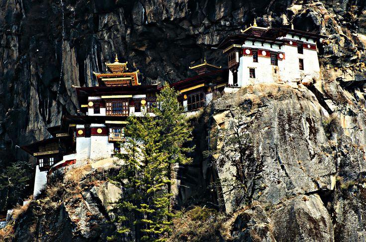 #Insolite ce #monastère #bouddhiste du #Bouthan, non ? Il est accroché à une falaise à 3 120 mètres ! #Taktshang #Bhutan #culture #unusual #travel #monastery #TripInsolite #Asia