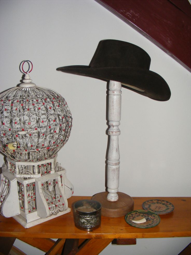 Hoedenstandaard met een van mijn cowboy hoeden / Standard guard with one of my cowboy hats