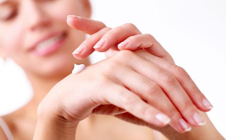Droge handenzijn een veel voorkomend probleem in de winter.Bijvoorbeeld doordat je in de koufietst zonder handschoenen aan of doordroge lucht binnenshuis. Met deze tips zijn je handen snel weer zacht en soepel.