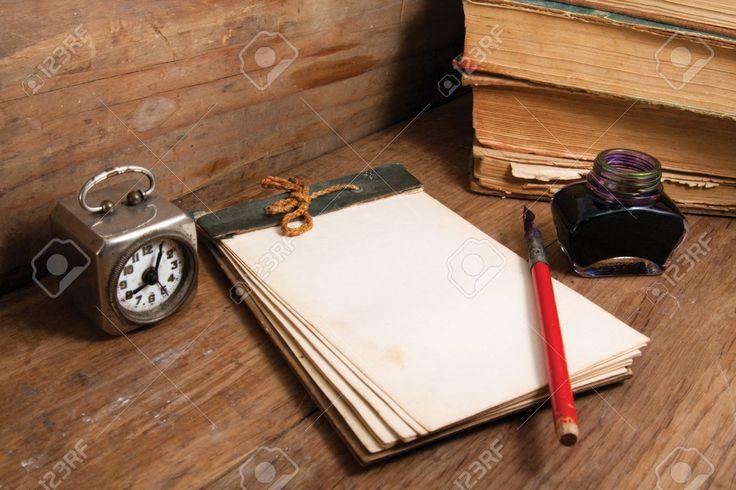 Notebook Antique (1940), Orologio D'epoca, Penna Inchiostro E Calamaio, Libri Antichi Su Sfondo In Legno Foto Royalty Free, Immagini, Immagini E Archivi Fotografici. Image 13010322.