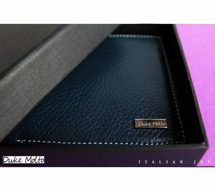Duke Molto Marine Wallet: %100 deri el yapımı cüzdan. Özel Günleriniz için uzun yıllar kullanılıp sizi sevdiklerinize hatırlatacak class bir hediye seçeneği. Güvenli alışveriş ve ücretsiz kargo avantajıyla Türkiye' nin her yerine 1-3 iş günü teslimat.