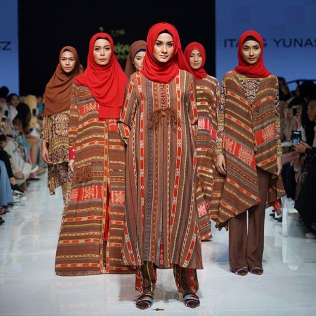 Presentasi kolektif bertajuk Hijab Fashion Show menampilkan koleksi teranyar karya tiga desainer modest wear ternama Indonesia yaitu Itang Yunasz Aniessa Hasibuan dan Oki Setiana Dewi #jfff2017 Photo by: @evanpraditya  via HARPER'S BAZAAR INDONESIA MAGAZINE OFFICIAL INSTAGRAM - Fashion Campaigns  Haute Couture  Advertising  Editorial Photography  Magazine Cover Designs  Supermodels  Runway Models