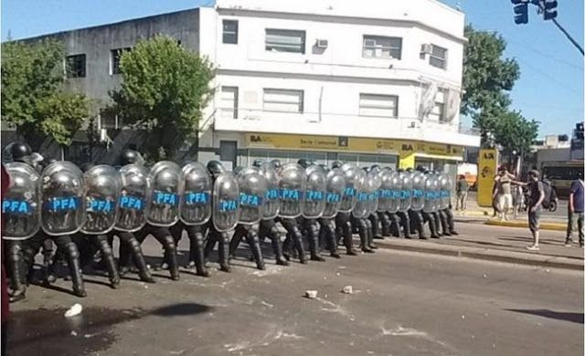 INCONCEBIBLE: CLARIN DESPIDIO A 400 GRAFICOS Y LOS MANDO A REPRIMIR SALVAJEMENTE    Fuerte represión de la Policía Federal a los despedidos en la planta del Grupo Clarín En un importante operativo atacaron con gases y balas de goma a los casi 400 empleados despedidas de Artes Gráficas Rioplatenses (AGR) en el barrio porteño de Pompeya.  Así comenzó la represión a trabajadores despedidos de AGR empresa del Grupo Clarín en Pompeya (Fotos de @scorohernan y @tatfernandez_)…