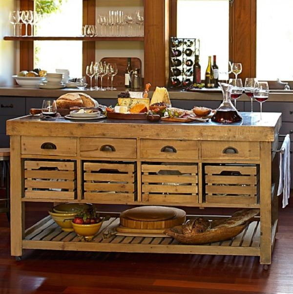 Cocina de madera rústica. Me encanta el diseño de esta isla, con esos tiradores y las cajas de madera.