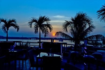 Sea, Sunset and Fun at Rotunda Blue Bar - Hotel Aryaduta Makassar. Enjoy the glamorous view over the Losari beach