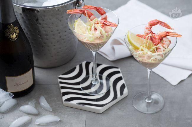 Il cocktail di gamberetti è un antipasto di pesce adatto per le feste. I gamberetti son serviti su un letto di lattuga con sfiziosa salsa cocktail.
