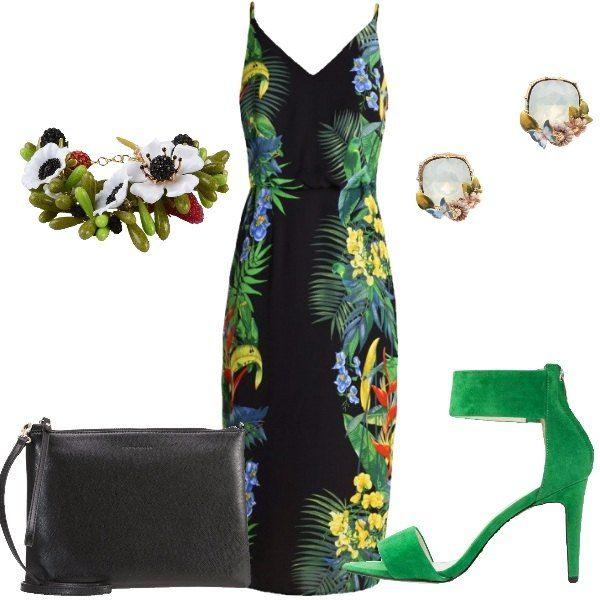 Outfit composto da vestito nero con fantasia dal sapore tropicale, sandalo verde con cinturino alla caviglia, pochette nera di pelle e bracciale e orecchini floreali.