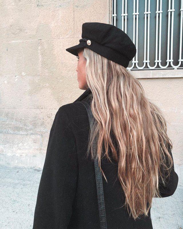 Las gorras de estilo baker boy similares a las populares boinas se han apropiado de los accesorios femeninos y se ven geniales en las melenas coloridas de las chicas.