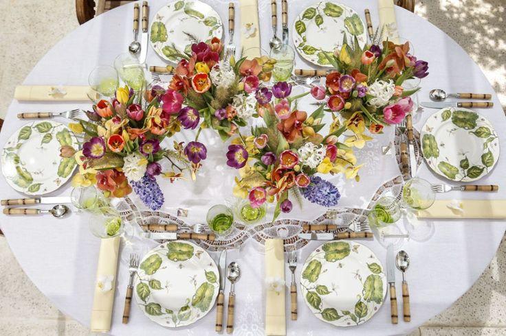 Para florir a mesa, tulipas rosa, laranja, lilás e amarelas; hyancinthus branca e lilás; e orquídeas phalaenopsis laranja e amarela, foram dispostas com precisão pela Milplantas, floricultura que amamos em São Paulo, em vasos maravilhosos também da Coleção Heras. Rabo-de-gato deu o acabamento e a leveza que queríamos nos arranjos.