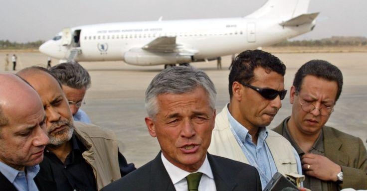 O representante especial do secretário-geral da ONU no Iraque, Sérgio Vieira de Mello, alto comissário de direitos humanos das Nações Unidas, fala com a imprensa ao desembarcar em Bagdá. Vieira de Mello morreu no dia 19 de agosto de 2003 em um atentado à sede da organização na capital iraquiana