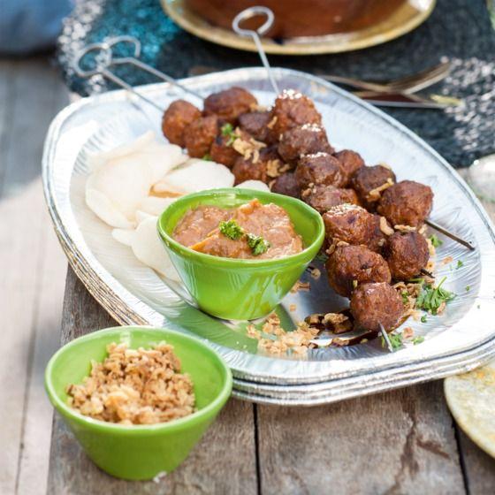 Satéspiesen met pindasaus - Deze satéspiesen zijn heerlijk met gebakken uitjes, atjar en kroepoek. #recept #vlees #bbq #JumboSupermarkten