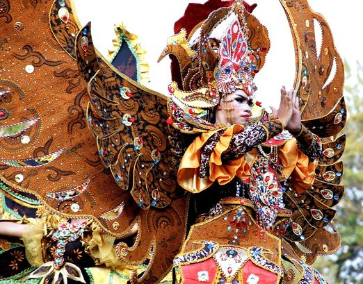 Majestic treasure: The opening performance of Solo Batik Carnival. (Photo by Budiman Hendrarto)