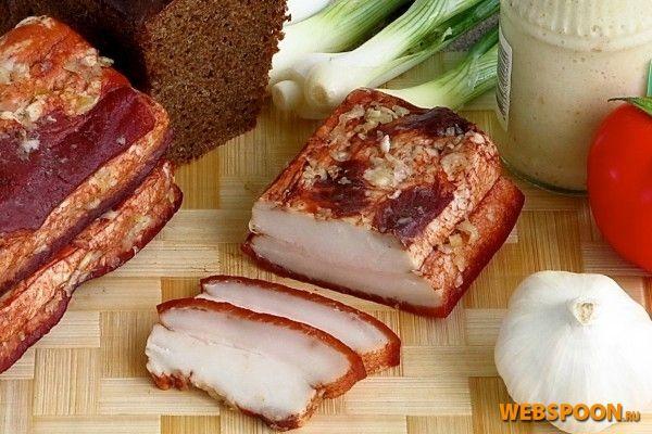 «Копчёное» сало  Продукт, приготовленный этим способом, внешне похож на копчёное сало, но имеет специфический вкус. Готовят его отвариванием в соляном растворе с добавлением луковой шелухи и пряностей.   Готовое сало хорошо охлаждают, натирают чесноком, заворачивают в фольгу, кладут в морозильную камеру и выдерживают от 3 до 7 дней. Следует иметь в виду, что отваренное солёное сало нельзя нарезать сразу после того, как оно будет вынуто из морозилки, иначе оно будет крошиться. Дайте ему…