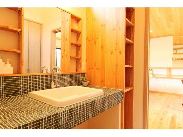 Onocom Design Center 脱衣洗面室 グリーンのモザイクタイルでオリジナルの洗面台。