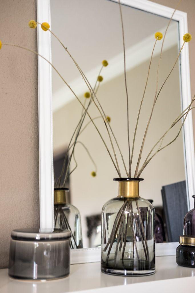 fim.works | Lifestyle Blog | Regal-Dekoration, Kakadu-Print, Glasvasen und Glasboxen, graue Porzellandose, gelbe Belly Buttons