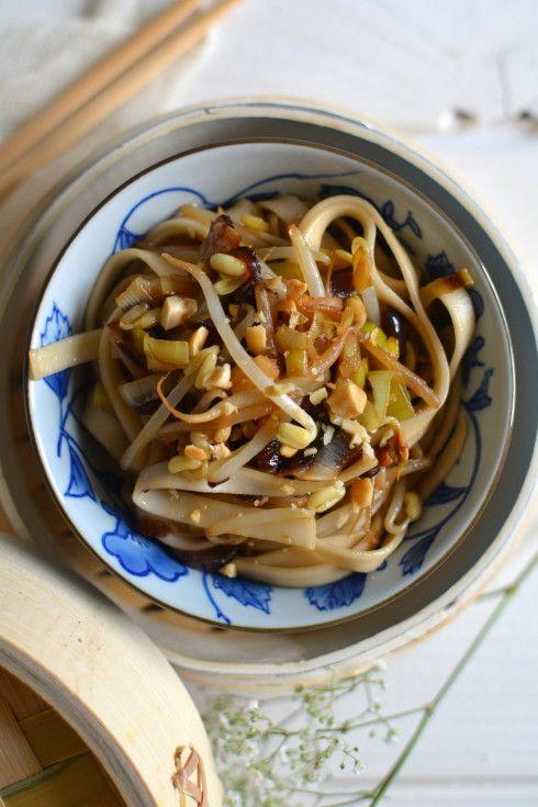 Somen noodles, sautéed with leek, soy sprouts & peanuts    Nouilles somen sautées aux poireaux, poussés de soja et cacahuètes. --> http://www.lesrecettesdejuliette.fr