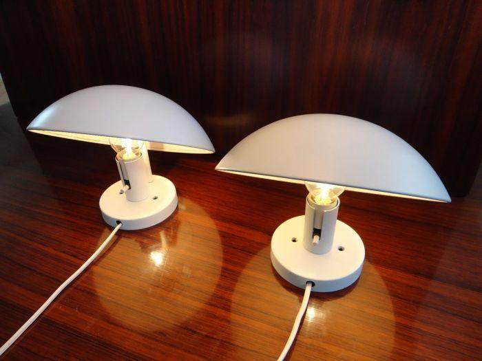 Poul Henningsen - wandlampen P-HAT paar / PH-HAT / PH-HUT  P-HAT / gesponnen stalen schaduw met NAT wit gelakt buiten PH-HAT ontworpen door Poul Henningsen in 1961 gemaakt van afgerond en een licht rose kleur binnen.Voorwaarde: - In zeer goede staat met slechts enkele oppervlakkige tekenen van leeftijd (één van de lampen heeft een kleine kras) laatste fotoLeeftijd: - rond 1980Materiaal: - afgeronde gesponnen staal met een schroef-fitting (E14) Max 40 Watt aansluiting en 2 m…