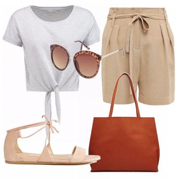 Pantaloncini beige a vita alta con fiocco in vita, t-shirt maniche corte a righe e fiocco, sandalo beige, borsa giorno capiente e occhiali da sole. Ecco un modo alternativo per indossare il fiocco.