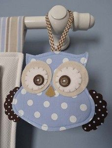 Coruja de tecido para decorar varão de quarto.