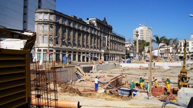 Uma escavação arqueológica em pleno centro do Rio de Janeiro.