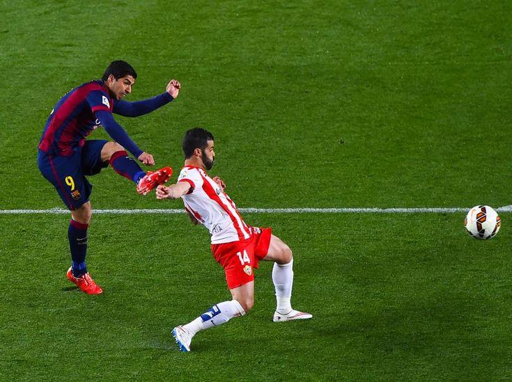 Momento del lanzamiento de Luis Suárez para conseguir el segundo gol del Barça.