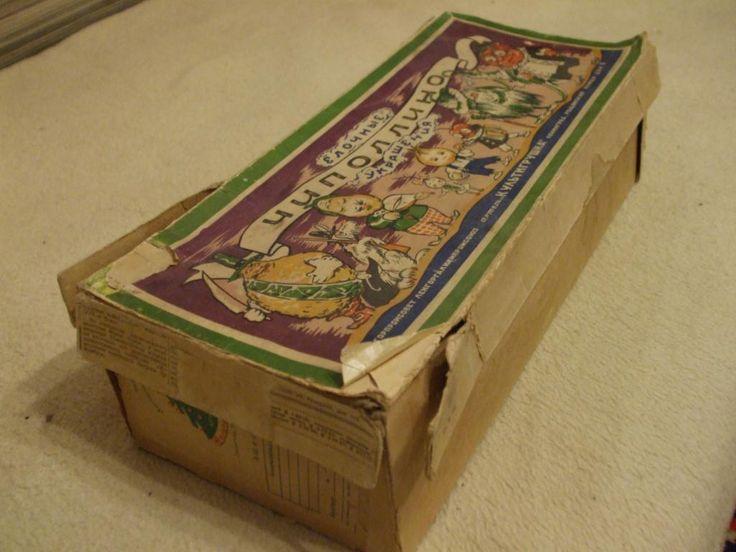 """наиболее известны елочные игрушки серии """"Чиполлино"""",выпущенные в Ленинграде в Артеле """"Культигрушка"""" Ленгорпромсовета Ленгоргалхимпромсоюза. На коробке из под игрушек отчетливо видно оригинальное написание имени главного героя - ЧИПОЛЛИНО.Чиполлино (итал. Cipollino)мальчик-луковка,пишется с двумя буквами""""л"""".Хотя,каким-то образом,в обиходе в последнее время стало употребляться написание с двумя""""п""""-Чипполино."""