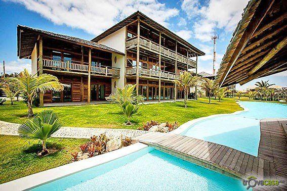 - brasile _ fortaleza _ uruau  Lussuoso appartamento di mq 145 su 2 livelli, situato all'ultimo piano panoramico di prestigioso complesso turistico dotato di giardini, piscine, posti auto e servizio lavanderia.  L'immobile è situato nel punto il punto più alto di tutto il resort che è anche il più alto di tutto Uruau, paesino distante 80 km da Fortaleza composto da ville ed appartamenti residenziali di alto livello e rinomato per lo sport del Kite Surf.  L'appartamento è composto da 2 grandi…