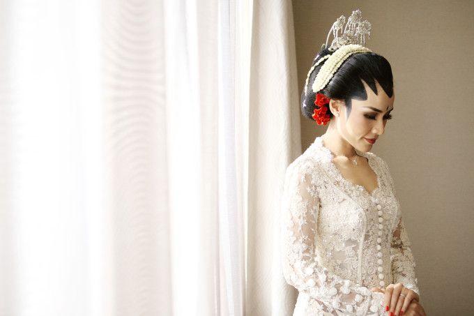 A Colorful Traditional Wedding Inspired By Kraton Yogyakarta   http://www.bridestory.com/blog/a-colorful-traditional-wedding-inspired-by-kraton-yogyakarta