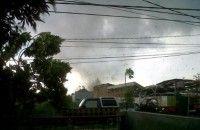 Angin Puting Beliung Satu Rumah Tertimpa Pohon