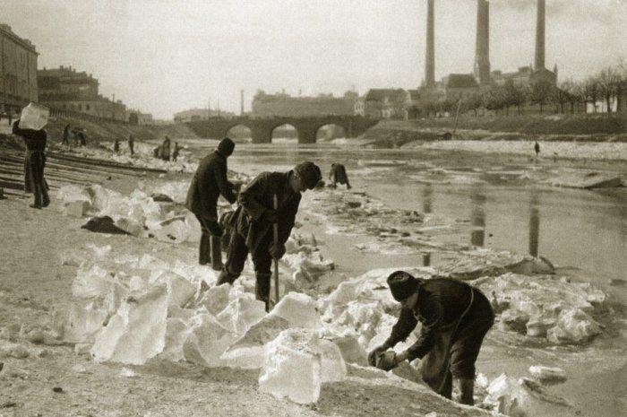 Заготовка льда для ледников. Зимой вовсю шла заготовка льда для ледников. Глыбы клали на хранение в погреб и засыпали опилками. Продавали такой лёд на протяжении всего года, до следующей зимы. В отсутствие холодильников лёд в хозяйстве был вещью просто незаменимой: им наполняли шкафы-ледники, чтобы поддерживать внутри низкую температуру. Бизнес был весьма прибыльным.  Источник: http://www.kulturologia.ru/blogs/111114/22109/