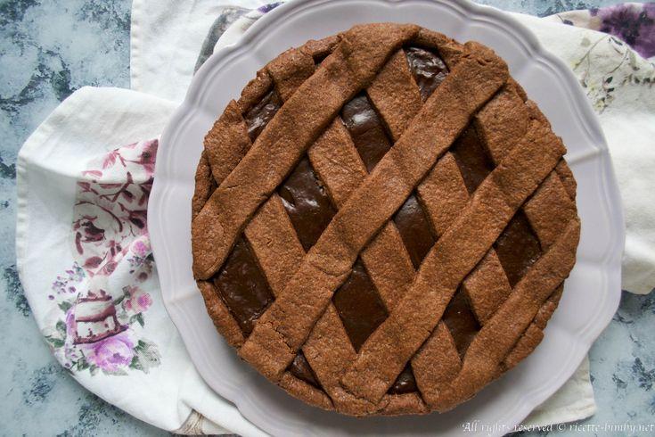 La crostata al cioccolato fondente è un dolce paradisiaco. La ricetta è del famoso pasticciere Knam e adattata per il bimby. Scoprila la preparazione.
