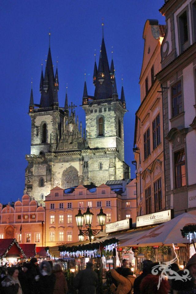 Reisebericht Wintermärchen in Prag - Auf dem Altstädter Ring lockt ein riesiger Weihnachtsmarkt - die perfekte Vorfestidylle!