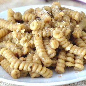 Pasta saltata con radicchio cavolo e granella di noci