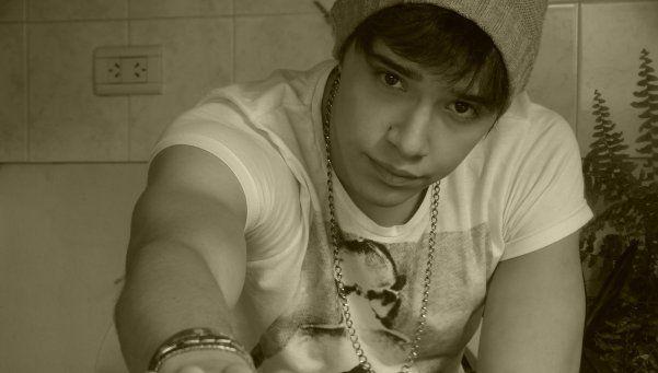 """Conocé a Julián Serrano, el Justin Bieber argentino. Al igual que el ídolo del Pop mundial, este joven se hizo famoso subiendo sus videos a Internet aunque, últimamente, debe pedirles permiso a sus """"jefes"""" deTelefe http://www.diariopopular.com.ar/c174454"""
