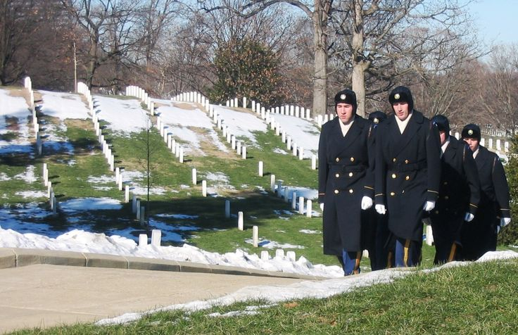 Na całym świecie znamy rozmaite tradycje pogrzebowe. Jednak istnieją wspólne elementy, dla każdego człowieka związane z umieraniem, bez względu na wyznanie. Jeśli odchodzi bliska nam osoba przeżywamy żałobę, potrzebujemy wsparcia jak również czuwamy przy zmarłym. Jak te tradycje odbywają się w Stanach Zjednoczonych?  Wsparcie Śmierć bliskiego człowieka jest wielkim przeżyciem psychicznym. Odczuwamy ciężar straty, smutek, pustkę. W