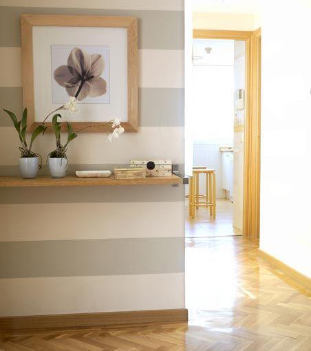 Decorar el recibidor con papel pintado a rayas horizontales
