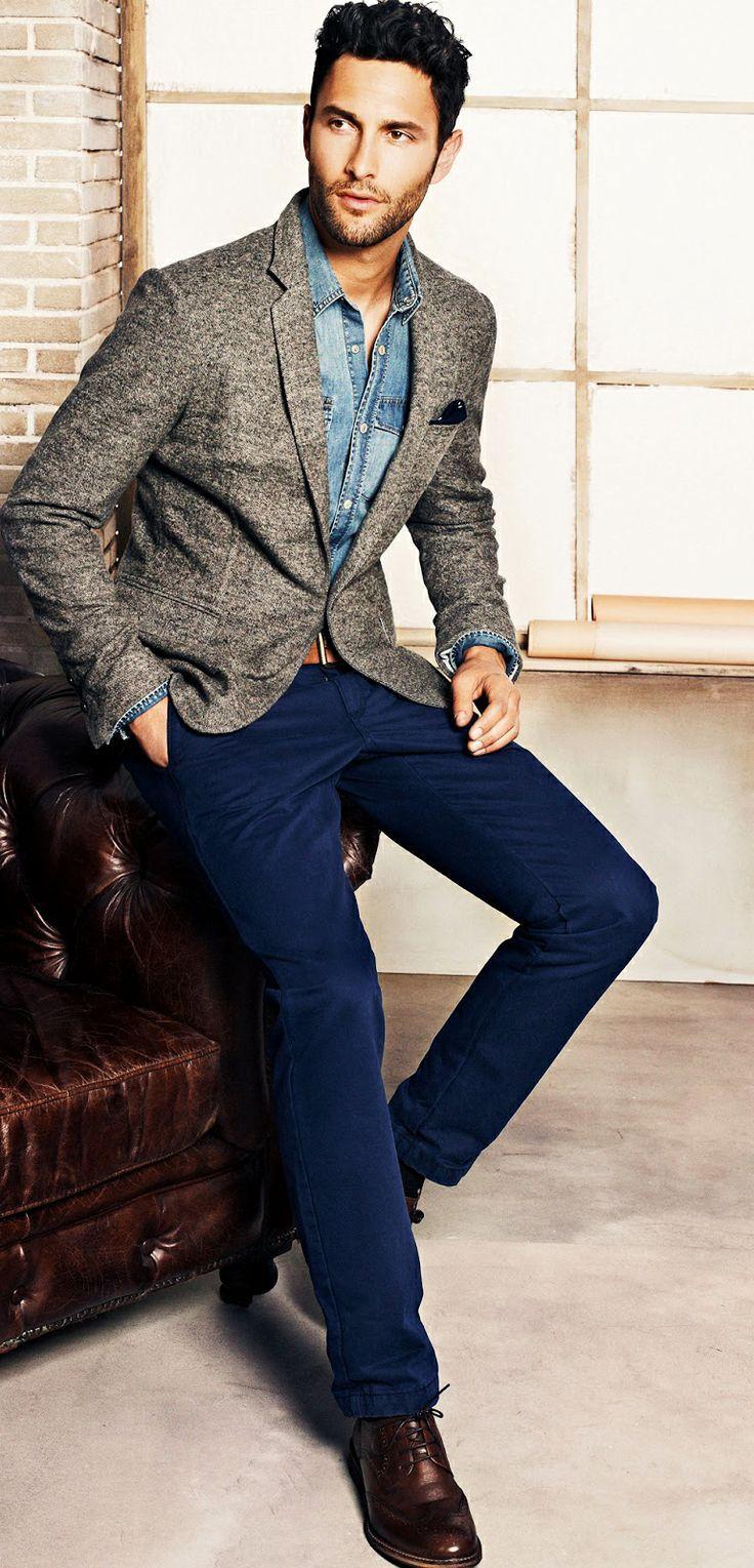 Acheter la tenue sur Lookastic:  https://lookastic.fr/mode-homme/tenues/blazer-chemise-en-jean-pantalon-chino-chaussures-derby-ceinture/4571  — Ceinture en cuir brun  — Pantalon chino bleu marine  — Chaussures derby en cuir brun foncé  — Chemise en jean bleu  — Blazer en laine gris