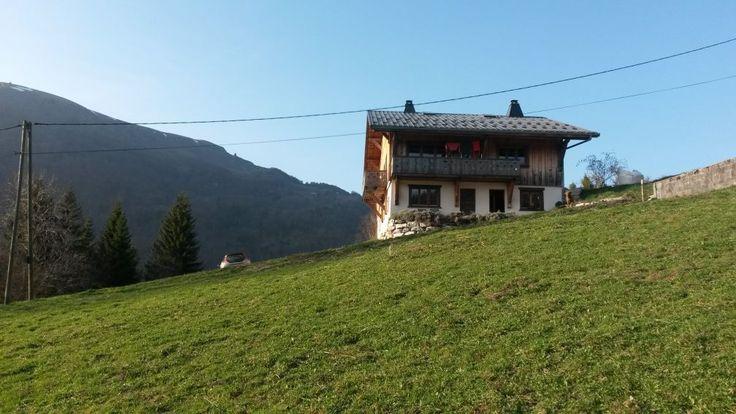 Midden in de Alpen, tussen de Mont blanc en het meer van Genève, nabij het skistation Hirmantaz en de Chevrerie, ligt dit mooie natuurhuisje. Het ideale vertrekpunt voor al je buitenactiviteiten of een rustige romantische vakantie.