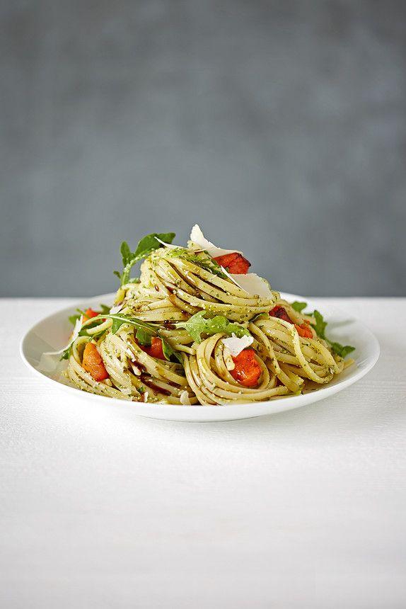 Leef jij samen met notoire pasta-eters, maar komt de spaghetti Bolognese je echt hé-le-maal de neus uit? Maak dan eens deze razendsnelle linguine met pompoen en pesto! Dit gerecht staat binnen een handomdraai op tafel, ziet er vrolijk uit door de gezellige herfstkleuren en is een ware smaaksensatie.