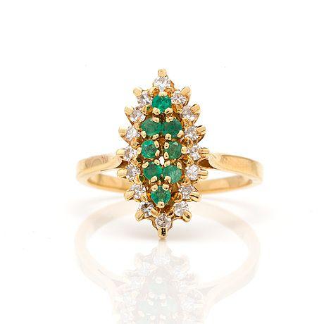 RING MED FASETTSLIPADE SMARAGDER OCH DIAMANTER Diamanter, totalt ca 0,24 ct. 18K guld med Franska kontrollstämpel och svensk importstämpel. Storlek 16,75/53. Totalvikt ca 4,2 g