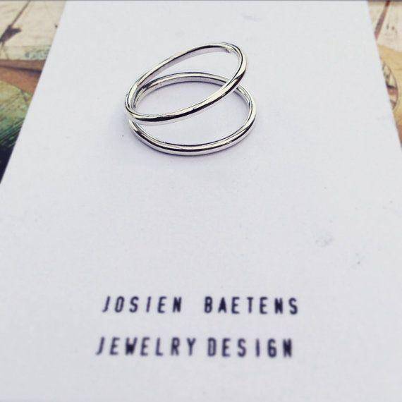 dubbele ring, zilveren ring    Deze ring word op jouw maat gemaakt, hierdoor kan de levering 1 tot 2 weken duren, contacteer mij als je het sneller wilt of wilt weten hoe lang het zal duren. Maak bij je bestelling zeer duidelijk welke maat je wilt! --    Ik gebruik de Frans ringmaten, deze is uitgedrukt in de omtrek van je vinger in mm.  Mogelijke ringmaten zijn zo: 54, 56, 58 deze zijn de meest voorkomende ringmaten voor vrouwen, contacteer mij voor andere ringmaten.  Deze ringmaten zijn…