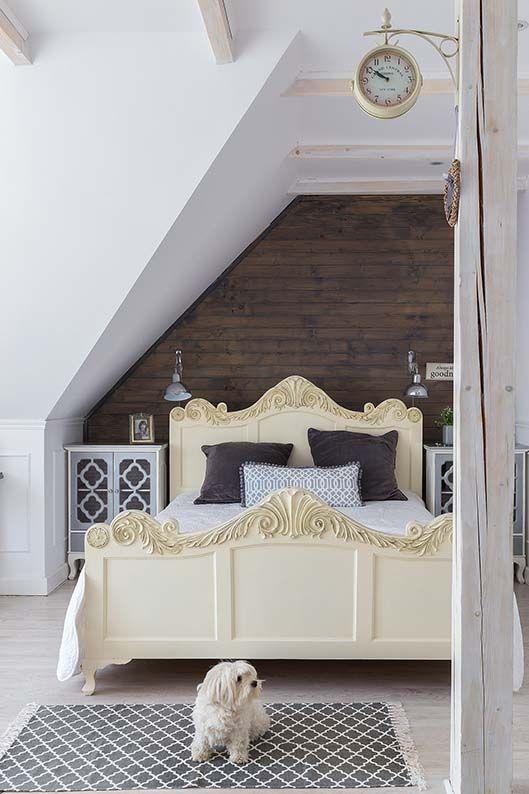 Sypialnia na poddaszu. Fot. Dariusz Radej #bedroom #design #home #diy #house #architecture #project #small #room #dog #funny #great #rustical #boho #romantic #inspirations #pics #best  #sypialnia #łóżko #aranżacja #inspiracje #pies #biały #mała #pokój #mały #dom #rezydencja #country #styl #prowansalski #rustykalny #country