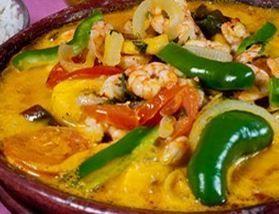 Moqueca de Camarão com Banana da Terra - eu acrescentaria pimentao verde e vermelho refogado com tomate picadinho e cheiro verde.