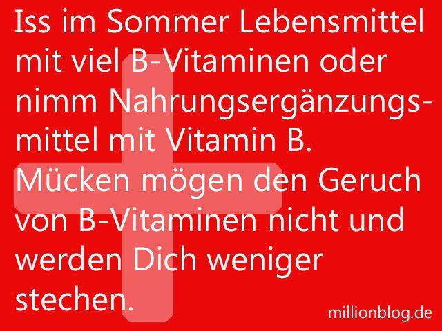 Iss im Sommer Lebensmittel mit viel B-Vitaminen oder nimm Nahrungsergänzungsmittel mit Vitamin B. Mücken mögen den Geruch von B-Vitaminen nicht, den der Körper dann ausdünstet, und werden Dich weni...