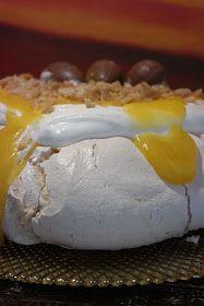 """Uma das sobremesas da nossa Páscoa foi Pavlova . A Páscoa """"pede"""" chocolate, mas esta Páscoa, até nem abusamos muito nessa iguaria. ..."""