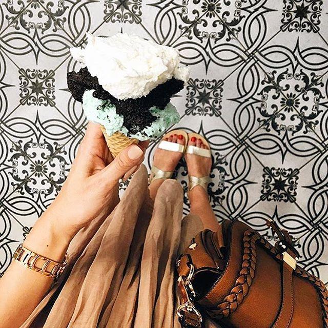 Yanımıza alacağımız 3 tatlı: Sandalet, heybe canta, dondurma✔️👯📷: @maritsanbul #shoes #bag