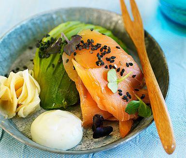 Flörta japanskt i påsk! Bjud kallrökt lax med klassiska sushismaker. Rostade sesamfrön, inlagd ingefära och stingig wasabi blandat med förmildrande crème fraiche. Gravad lax går också bra.
